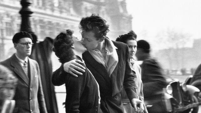 El beso frente al Hôtel de ville, 1950 © Atelier Robert Doisneau, 2016